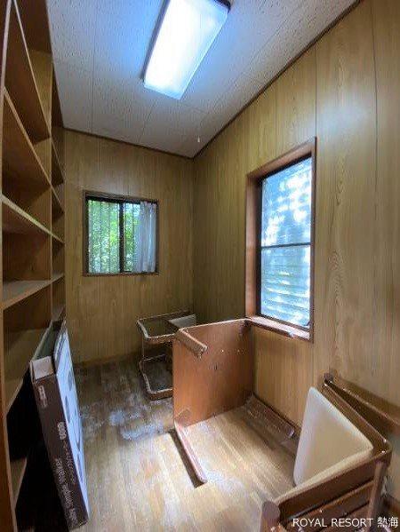 窓のある明るい洗面室です。