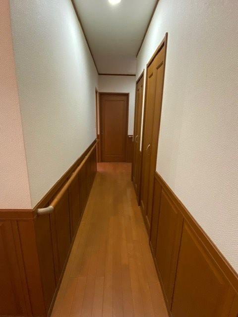【廊下】1階の廊下、手摺りもあり安心です。