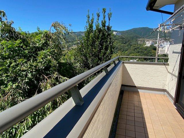 【バルコニー】日当たり良好です。屋根にはソーラーシステムを設置してあります。