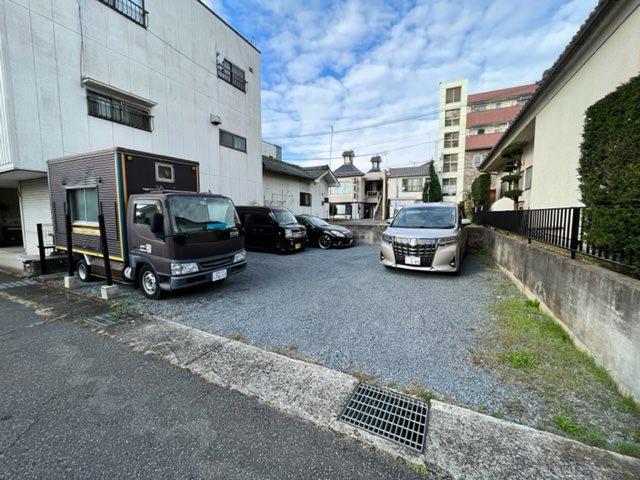 駐車スペースもこの通りの広さ。大変ゆとりがございます。