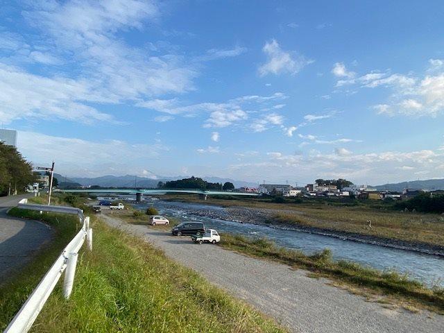 千曲川の河川敷にもほど近く散策に最適です。
