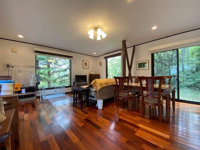 美しく輝く床材が見事なリビングです。