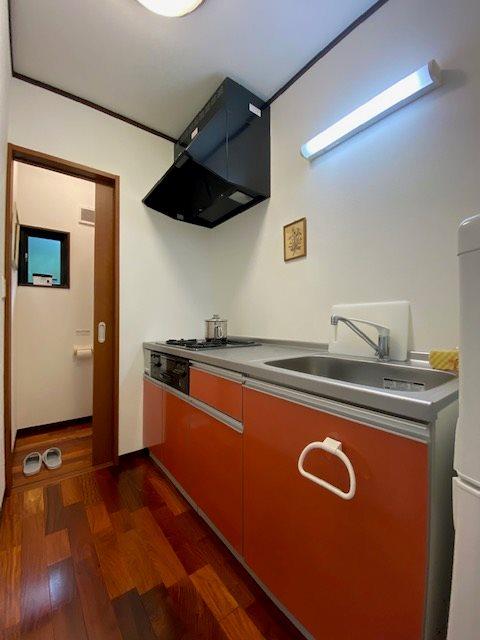 キッチンはコンパクトですが別荘なら十分とのこと。