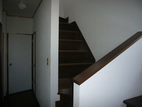 2階に上がる階段です。玄関入ってすぐ目の前です。