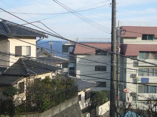 こちらが2階からの眺望です。周辺は静かな住環境で落ち着いて熱海ライフをお楽しみ頂けます。