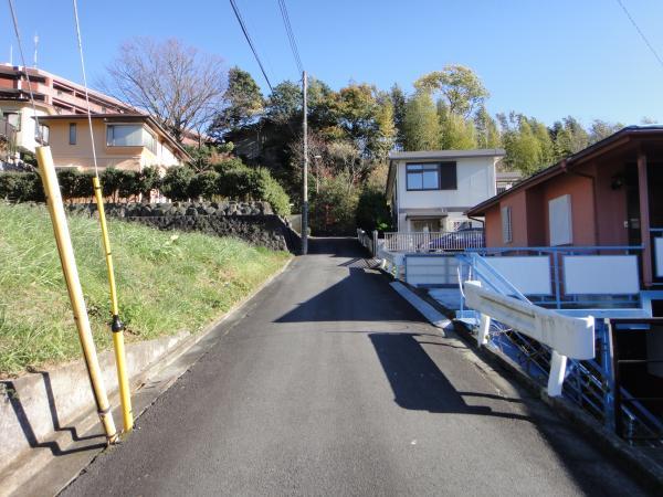 前面道路の広さは約4mほどの幅員になります。