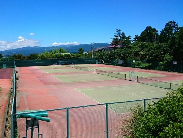 【テニスコート】管理事務所の裏にございます。老若男女問わず多くの方が利用されております。