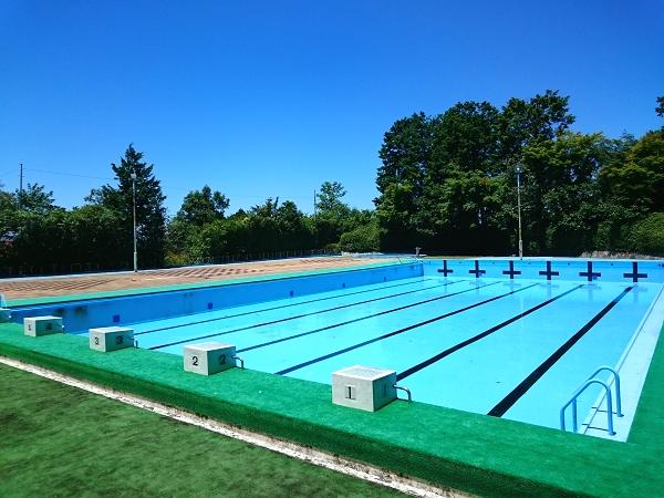 【屋外プール】別荘地内に屋外プールがございます。夏は多くの人でにぎわいます。
