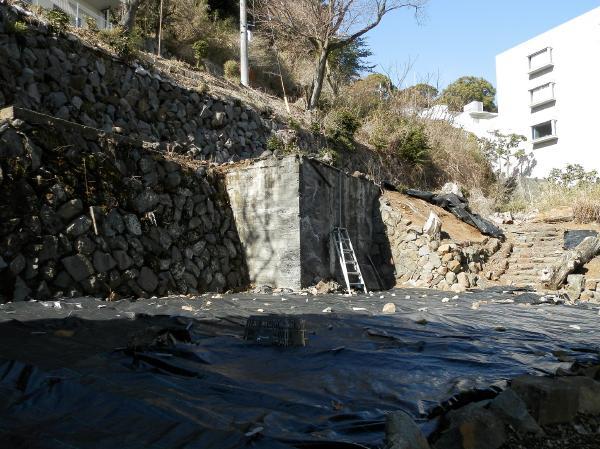西側の擁壁です。年季が入っておりますので、手入れは必要かも知れませんが、すでに階段敷きになっています