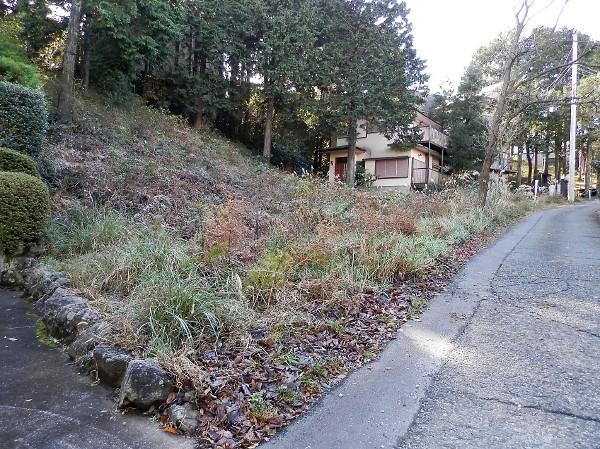 近隣には家屋が建ち並びます。