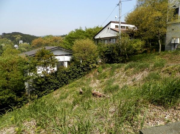 敷地の東側は通路になっており、その先にも家屋が建っております。