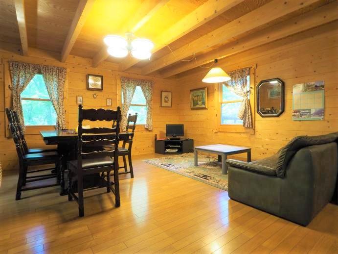 玄関から室内を撮影した一枚。木のぬくもりに囲まれた温かみある雰囲気。
