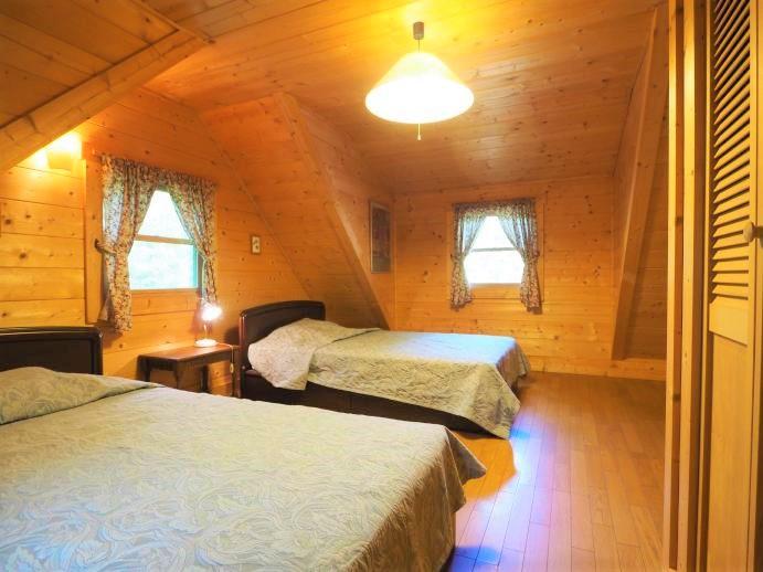 奥の洋室はシングルベッド2台を置いてもご覧のゆとり。