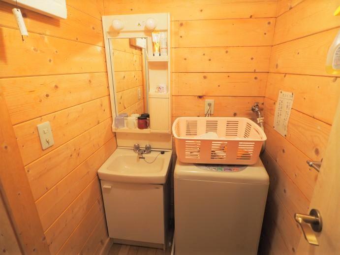 洗面スペースの様子です。コンパクトな洗面が可愛らしい。洗濯機置き場もあります。