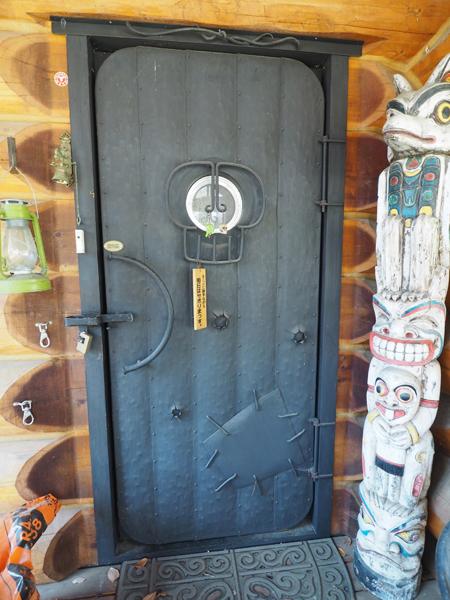 10cm近い厚みを持つ鍛鉄製のドア。銃創などもあしらったデザイン。