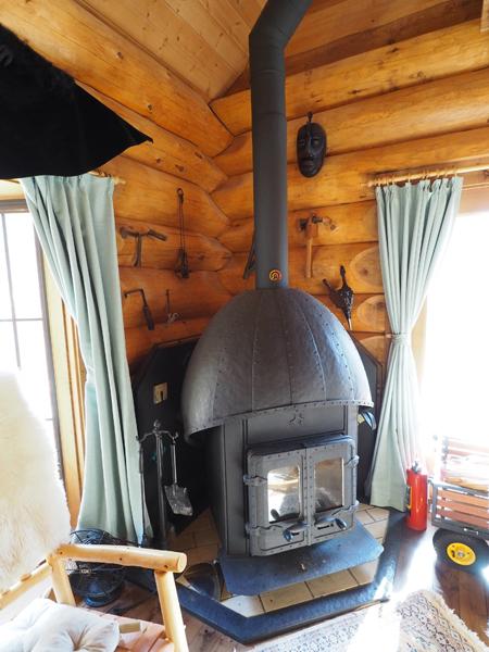 職人手作りの薪ストーブ。ハンドル、丁番、煙突まですべてがオリジナル。
