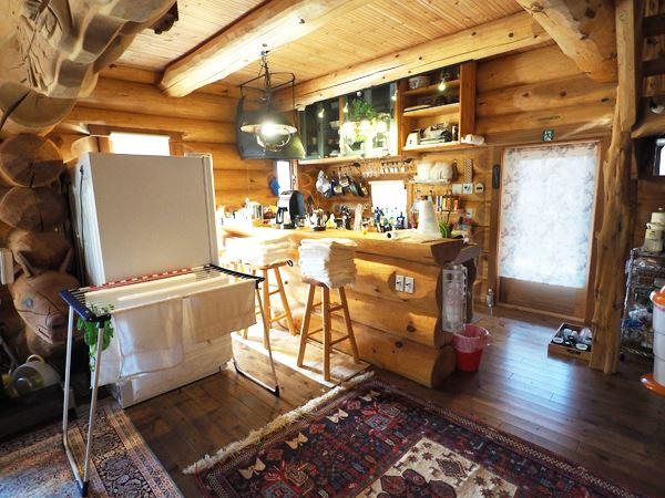 丸太のカウンターを設けたダイニングキッチン。