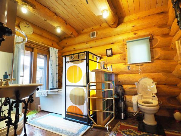シャワーブース、浴槽、トイレを組み合わせた欧米スタイルのバスルーム。