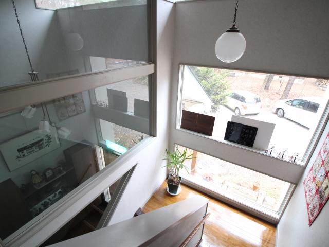 階段へも光が差し込む採光窓完備。