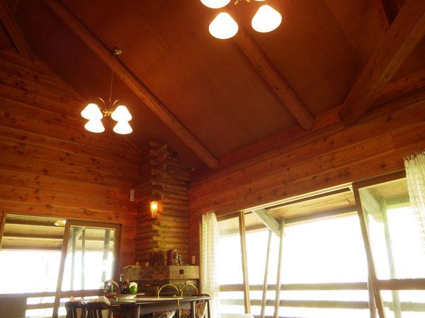 リビングスペースの様子です。高い天井でリゾート感あふれます。