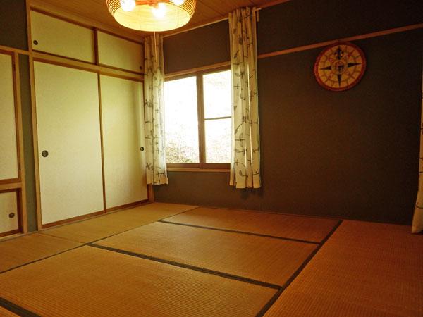 約8畳の和室は南側からウッドデッキへ出入りできます。風通しが良く快適です。