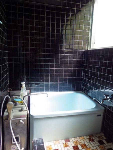 清潔感のあるお風呂です。タイル張りの空間です。