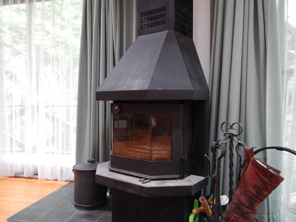 本格的な薪ストーブがあります!薪ストーブの火を見ながらゆったりとくつろげます。