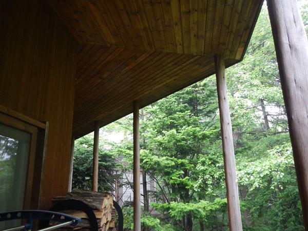 ウッドデッキは大きな屋根がついています。雨の日でも安心ですね。