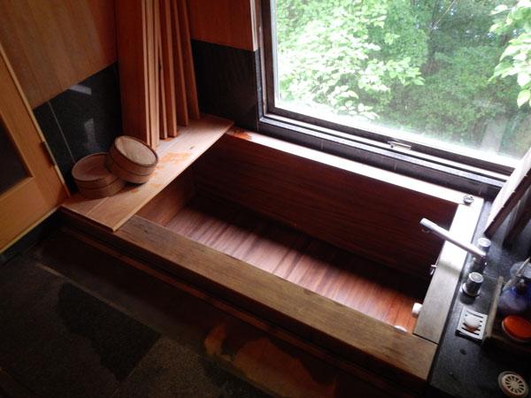 ヒノキのバスルームです。外の木々の緑を眺めながらお風呂に入るのも気持ちがいいですね。