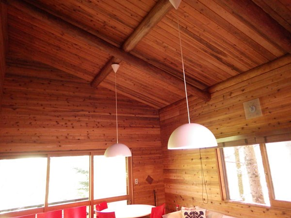 高い天井が広々とした空間を演出してくれます。