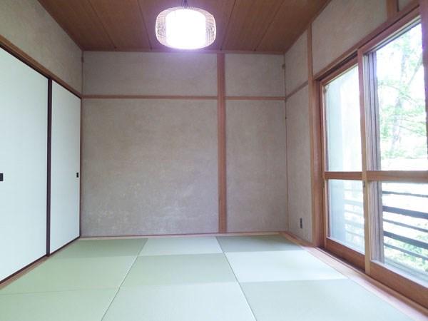 大きな窓から心地よい日差しの差し込む和室です。