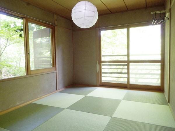 こちらの和室は窓が2か所ございます。こちら和室からもベランダへ出られます。