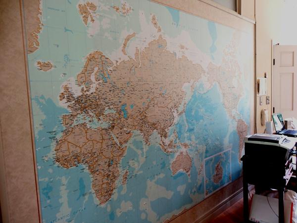 リビングの壁一面に貼られた世界地図。お子様の学習にいいかも。