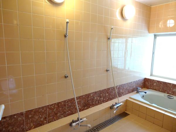 シャワーが2か所ついた大型の浴室。