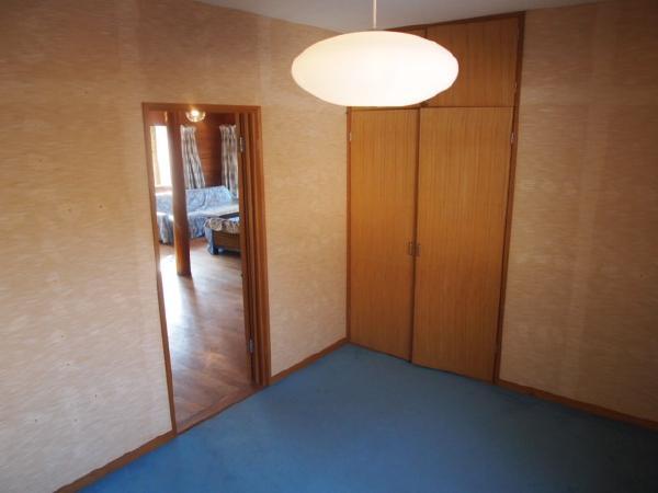 洋室その①。大きな収納スペースがあります。