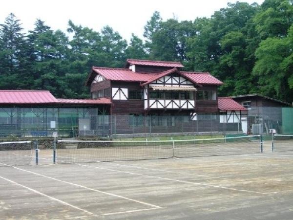 1.6k㎡西にある軽井沢協会のテニスクラブ。歴史に裏打ちされた品性が漂うクラブハウスの佇まい。