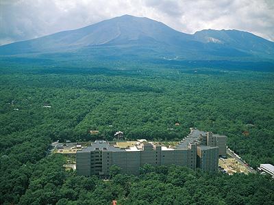 雄大な浅間山のふもとで高原の空気を感じてください。