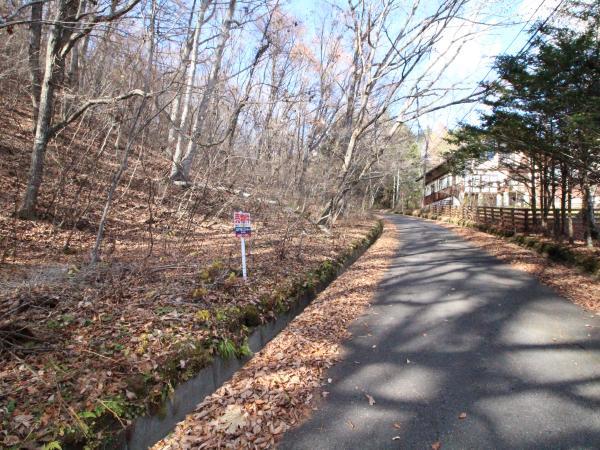 前面道路北側方面です。国道146号線に繋がっていて便利。