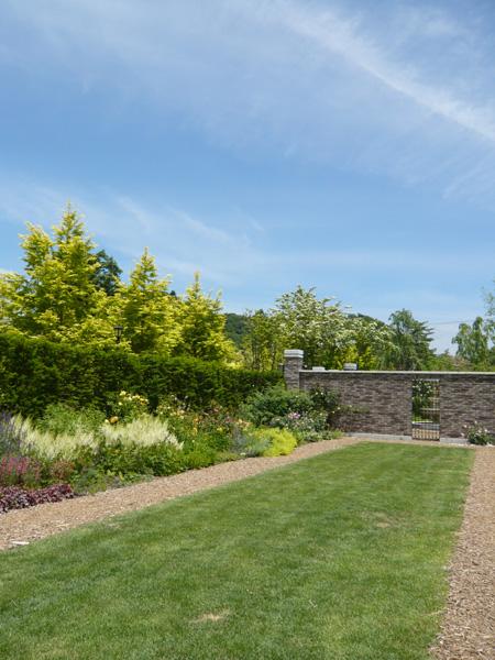 別荘地内にあるレイクガーデンは、四季折々の発見があるお散歩コースです。