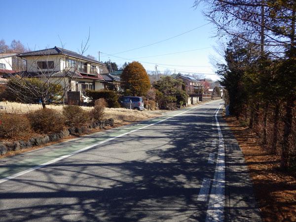 前面道路の様子です。散策にも適した道路ですね。