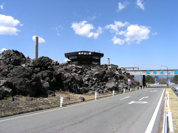 嬬恋の観光スポット「鬼押出し公園」まで約5キロの距離です。