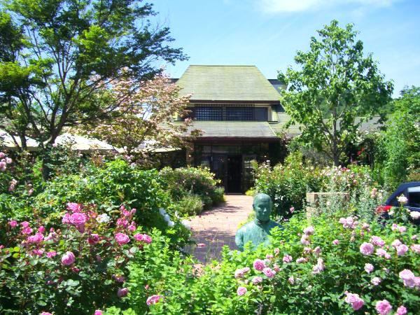 レイクニュータウン別荘地の管理事務所。バラのガーデンが美しいですね。