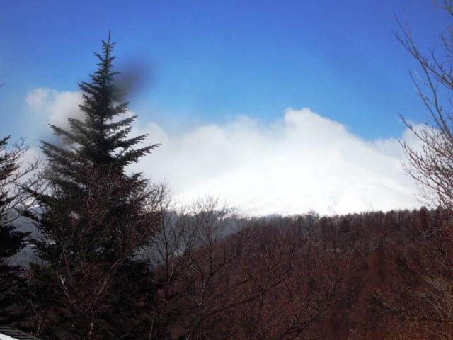 近隣からは四季折々の浅間山が望めます。