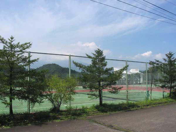 別荘地内のテニスコート