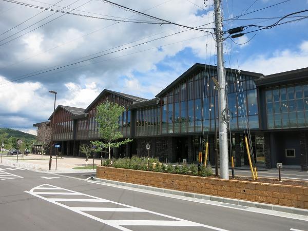 カフェや図書館も併設されている中軽井沢駅まで約3.9㎞(車で約10分)