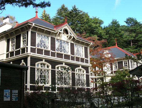 国の重要文化財である旧三笠ホテルです。ここに近い別荘地です。