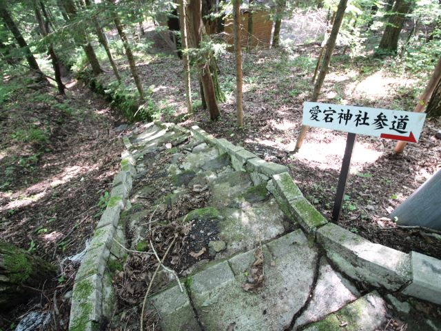 南側にある愛宕神社参道へ続く小道。