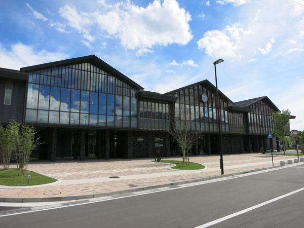 カフェや図書館が併設されてる中軽井沢駅。約4.4km(車で約9分)