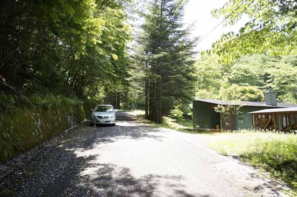 前面道路は荒船林道です。交通量の少ない静かな環境です。
