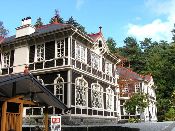 重要文化財に指定されている旧三笠ホテルまで約2.4km車で約5分